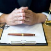 ضرورت حضور وکیل در دادگاه